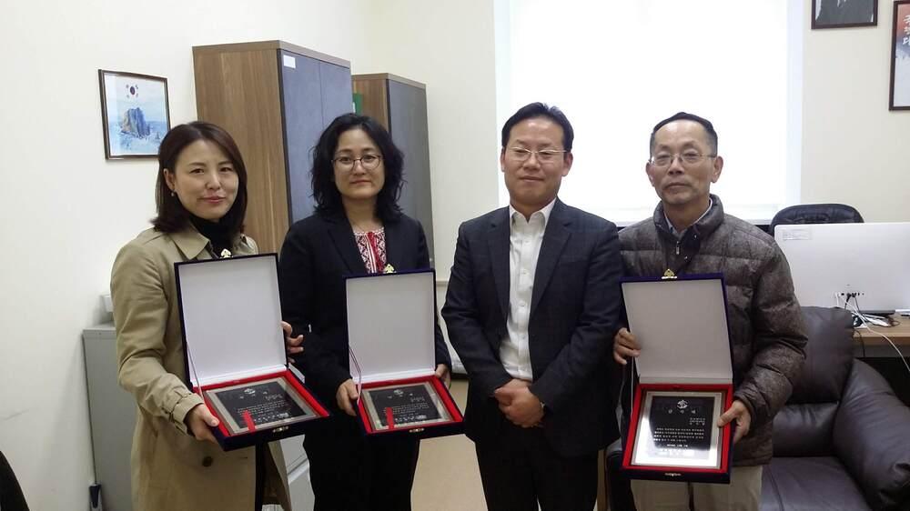 Нагородження почесною відзнакою викладачів корейської мови