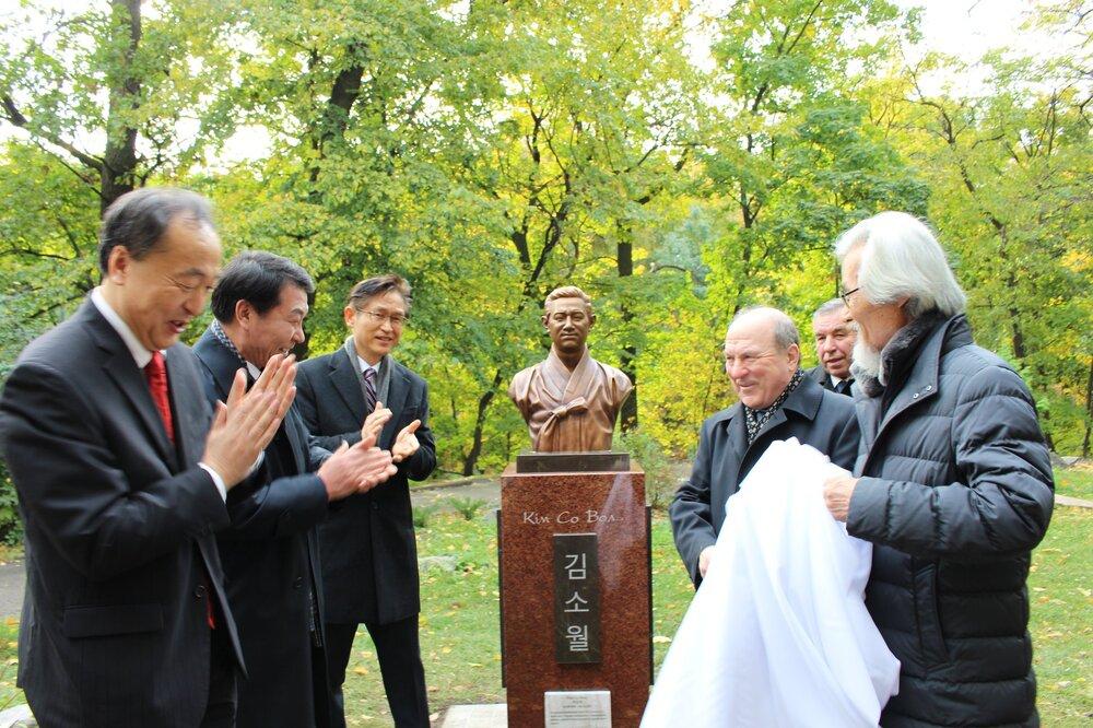 Церемонія відкриття бюсту корейському поету Кім Со Волю